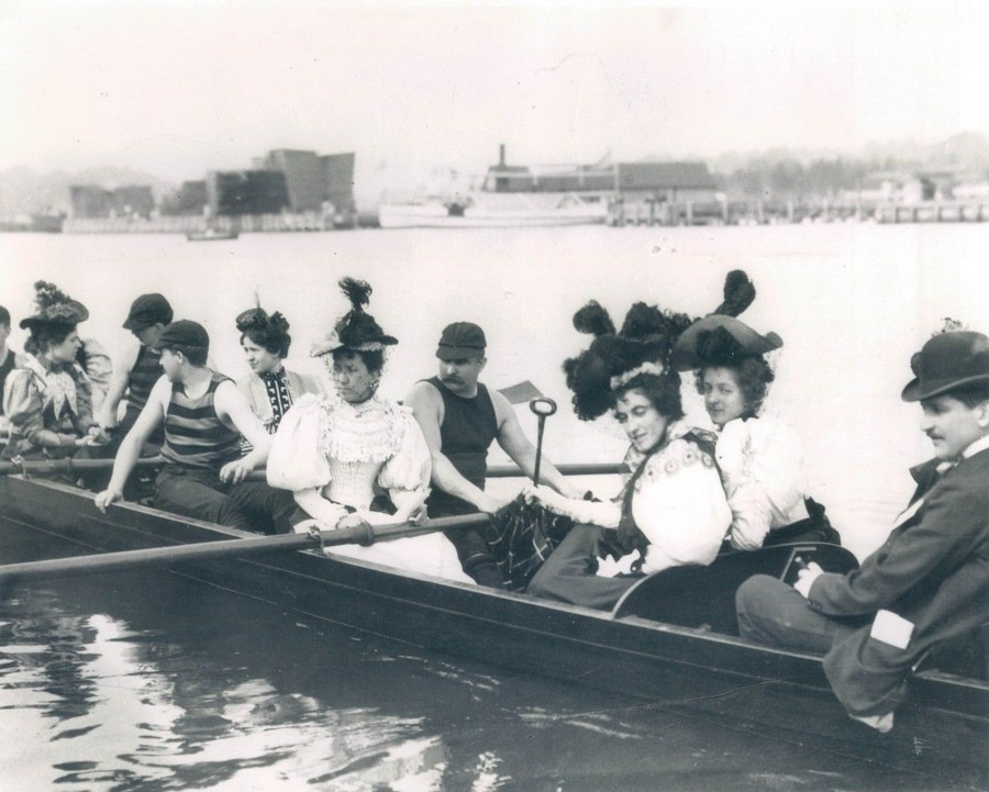 Ladies Day Rowing on the Harlem River circa 1905 photo UPI